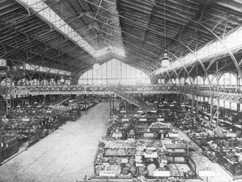 Blick in eine große Halle mit Marktständen