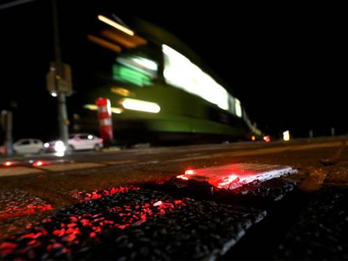 Eine Bahn fährt nachts.