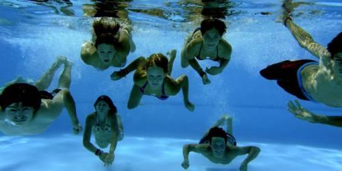 Jugendliche schwimmen unter Wasser.