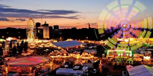 Blick auf einen bunt beleuchteten Jahrmarkt.