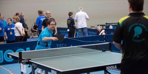 Ein Tischtennisspieler in Aktion.