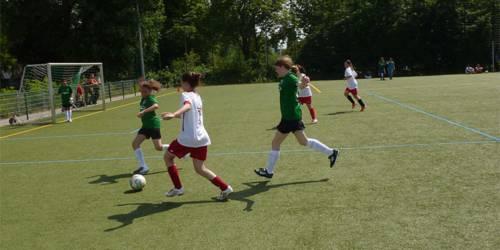 Fußball spielende Mädchen.