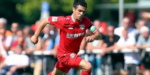 Fußballspieler von Hannover 96 in Spielsituation.