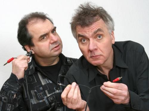 Szene aus einer Inszenierung der hebebühne Hannover: Zwei Männer halten ein Kabel in der Hand.