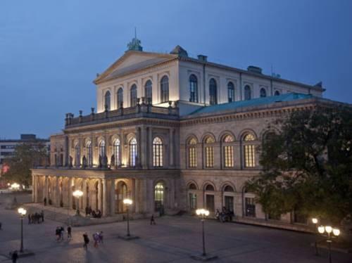 Das erleuchtete Opernhaus bei Nacht.
