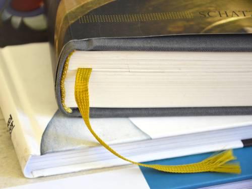 Mehrere Bücher aufeinander gestapelt.