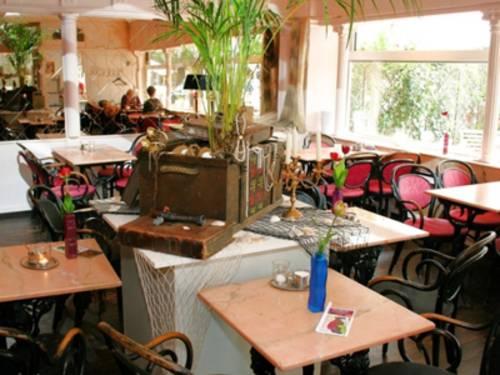 Ein Restaurant. In der Mitte steht eine Schatztruhe auf dem Tisch.