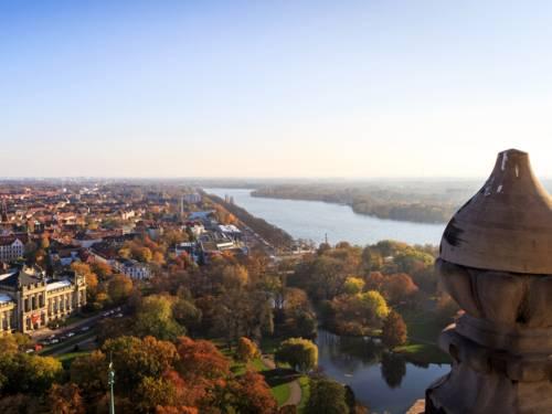 Blick von oben einen See in einer Stadt
