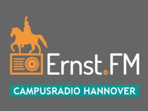 """Eine stilisierte Reiterfigur auf einem ebenfalls stilisierten Radio in orange auf grauem Grund, ergänzt durch die Schriftzüge """"Ernst.FM"""" und """"Campusradio Hannover"""""""