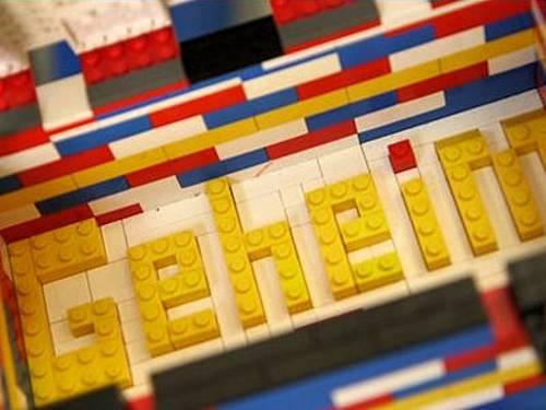 """Das Wort """"Geheim"""" aus Legosteinen gelegt."""