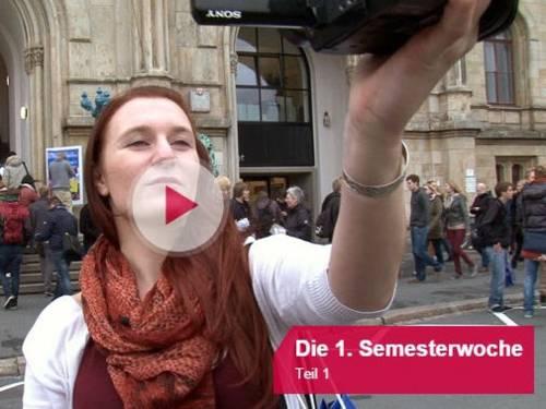 Eine junge Frau filmt sich mit einer Kamera.