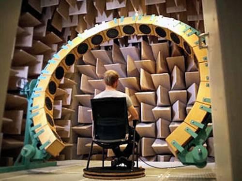 Mann sitzt auf einem Stuhl vor einer großen Vorrichtung