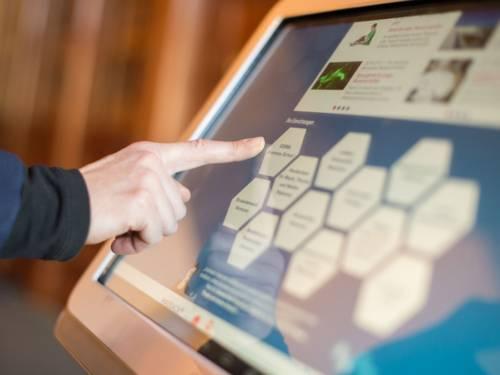 Ein Zeigefinger tippt auf einem Tablet-Bildschirm.