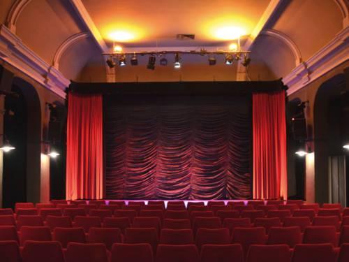 Ein bleuchtetet Kinosaal.