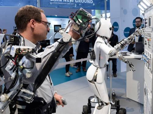 Roboter und Mensch mit Steuerungsvorrichtung an Löerper