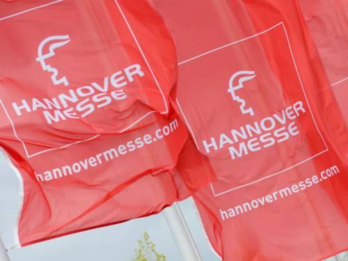 Flaggen mit dem Logo der Hannover Messe