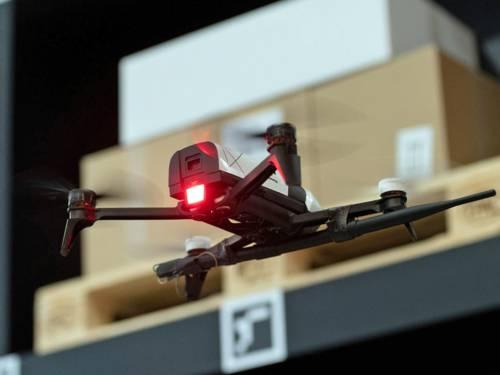 Drohne fliegt vor Paketregal