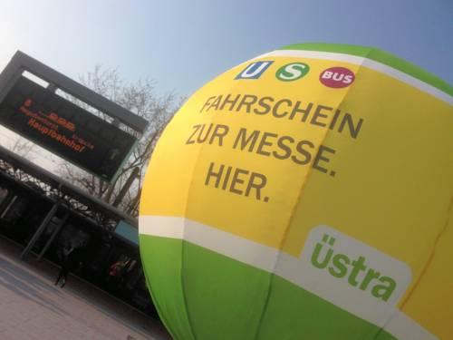 """Großer Ballon mit der Aufschrift """"Fahrschein zur Messe. Hier."""""""