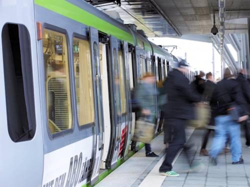 Menschen steigen aus Stadtbahn