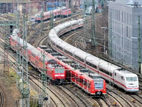 Bahnzüge fahren in bebautem Gebiet