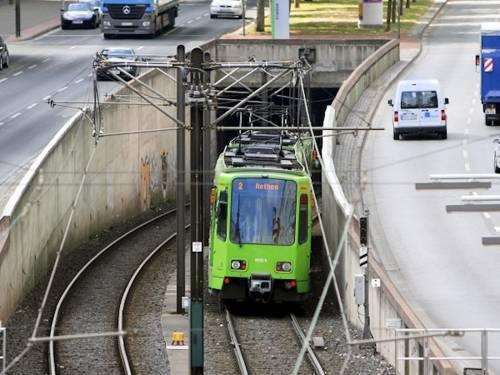 Stadtbahn fährt in Tunnel hinein.