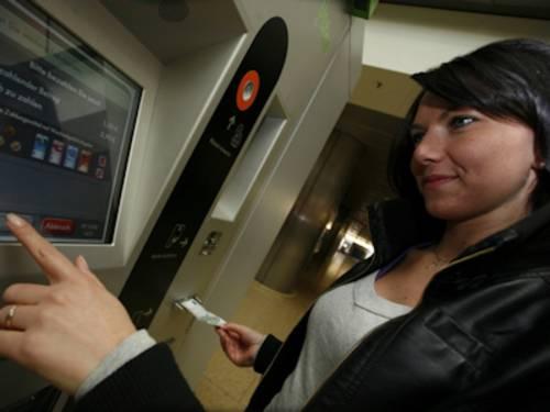 Frau an Ticketautomaten