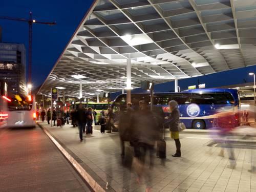 Ein Busbahnhof bei Nacht
