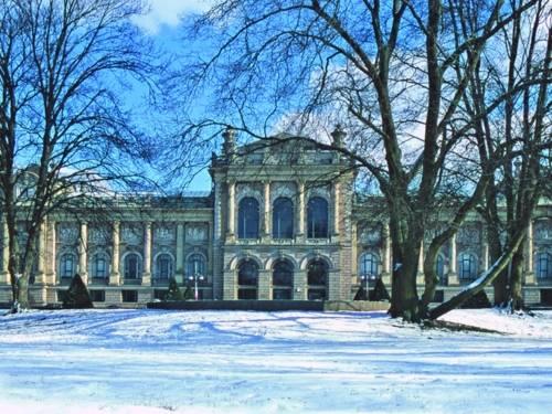Gebäude mit Bäumen und Schnee
