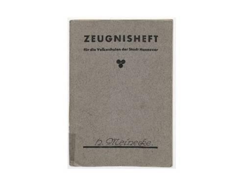 Graues Heft im Hochformat, das oben den Aufdruck Zeugnisheft für die Volksschulen der Stadt Hannover trägt. Unten ist handschriftlich H. Meinecke eingetragen.