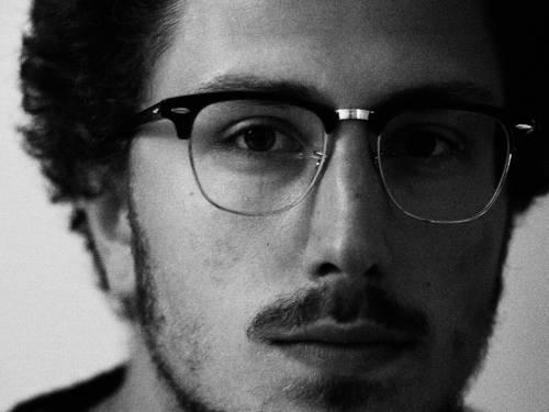 Junger Mann mit Brille und Bart.