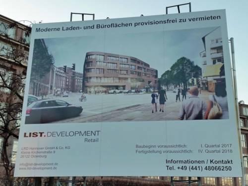 Schild auf dem die Zeichnung eines Gebäudes zu sehen ist. Dazu Planungsangaben wie Baustart und geplante Fertigstellung.