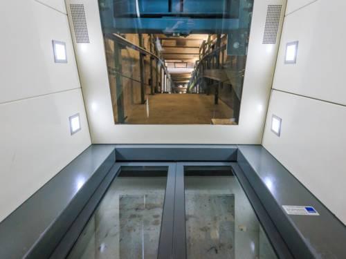 Aufzug mit Glasdecke, die einen Blick in den Aufzugsschacht gewährt.