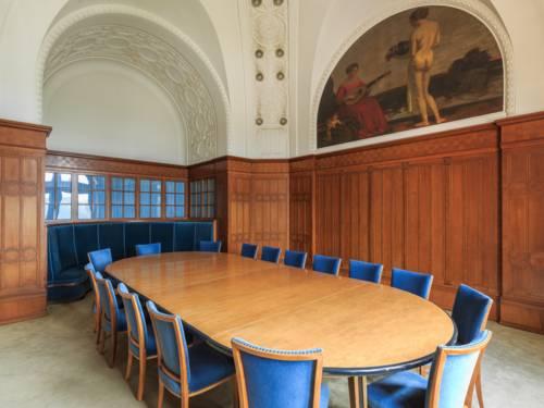 Raum mit ovalem Tisch und Stühlen