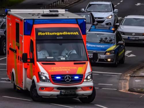 Straßenszene mit einem Rettungswagen und einem Polizeiwagen