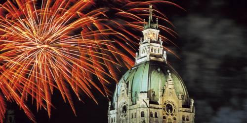 Feuerwerk über einer Gebäudespitze
