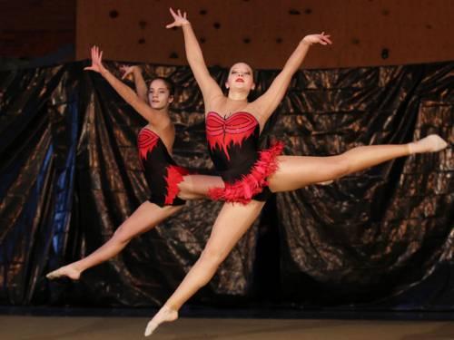 Zwei springende Tänzerinnen