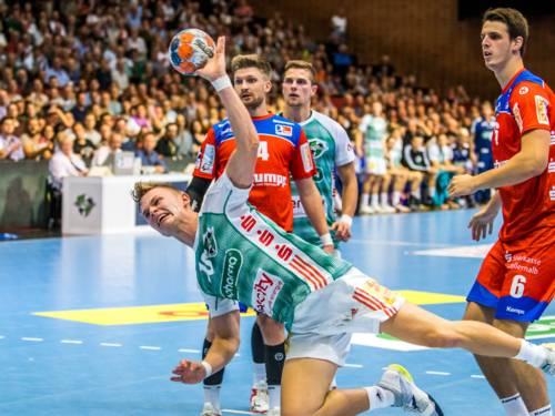 Handballspieler beim Torwurf