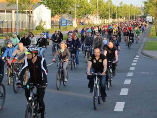 Viele Radfahrer auf einer Straße