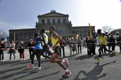 Marathonläufer laufen am Opernhaus vorbei.