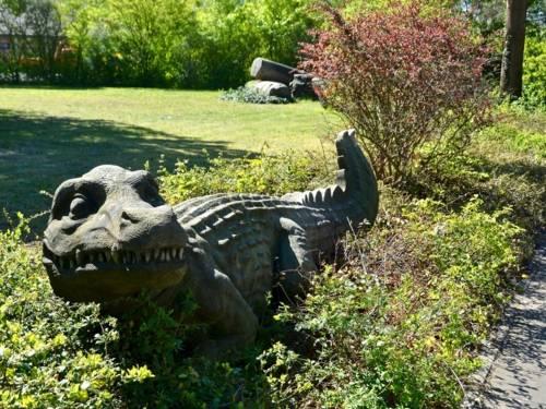 Steinerne Krokodile vor mehrgeschössigem Wohnhaus
