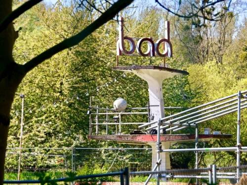 Sprungturm mit dem Schriftzug Bad
