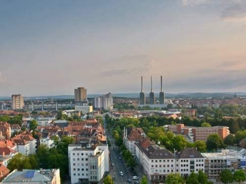 Blick aus größerer Höhe auf eine Stadt