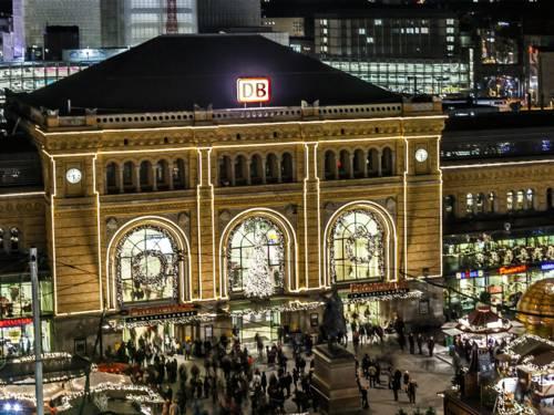 Festlich beleuchteter Hauptbahnhof.