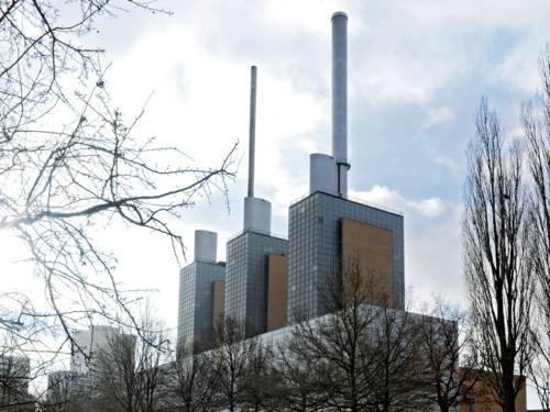 Gebäude mit drei hohen Schornsteinen