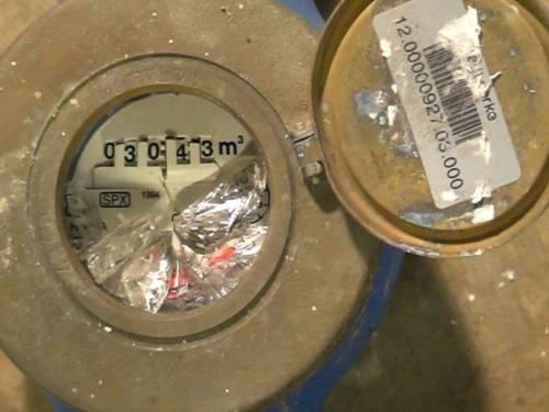 Wasseruhr mit geborstener Scheibe