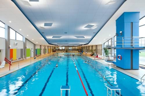 Das Schwimmbecken mit mehreren Bahnen im Hallenbad Bad Nenndorf