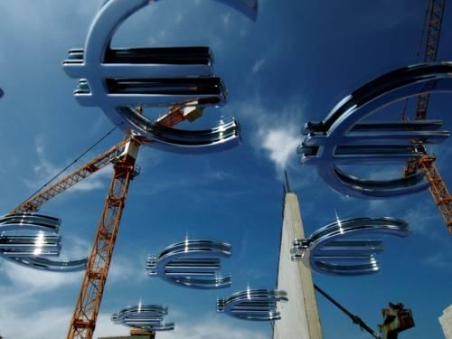 Man sieht zwei Kräne und viele Eurozeichen über das Bild verteilt