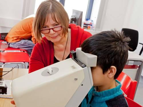 Kind bei der Augenuntersuchung