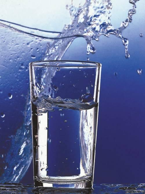 Wasser und Wasserglas