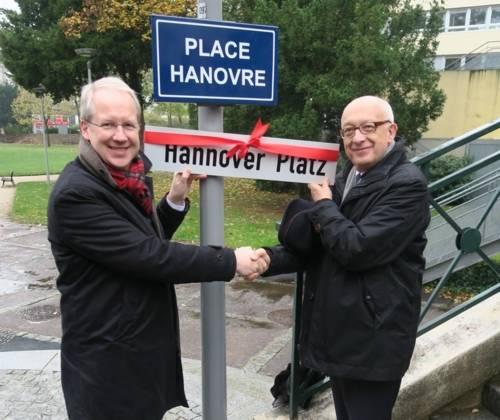 Zwei Männer vor einem Straßenschild.